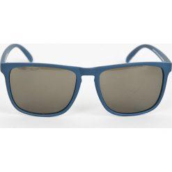 DC - Okulary EDYEY03003. Szare okulary przeciwsłoneczne męskie wayfarery DC, z materiału, prostokątne. W wyprzedaży za 99,90 zł.