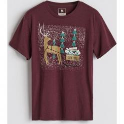 T-shirt ze świątecznym nadrukiem - Bordowy. Białe t-shirty męskie z nadrukiem marki Reserved, l. Za 39,99 zł.