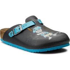 Klapki BIRKENSTOCK - Boston Kids 0937633 Pirat Cat And Mouse Blue. Niebieskie klapki chłopięce Birkenstock, ze skóry ekologicznej. W wyprzedaży za 149,00 zł.