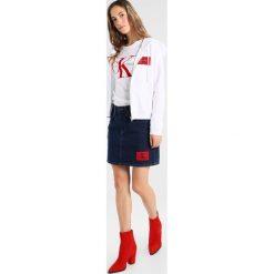Calvin Klein Jeans HOWARD TRUE ICON ZIP Bluza rozpinana bright white. Białe bluzy rozpinane damskie Calvin Klein Jeans, xs, z bawełny. W wyprzedaży za 411,75 zł.