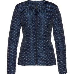 Kurtka pikowana w kropki bonprix ciemnoniebiesko-biel wełny w kropki. Niebieskie kurtki damskie pikowane bonprix, w kropki, z wełny. Za 79,99 zł.