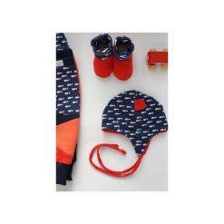 Zestaw upominkowy dla dzieci  - 3 szt. : spodnie, czapka, kapcie Rozmiar 0-2 lat Bawełna Eco prezent dla noworodka. Czarne spodnie niemowlęce marki ŁAP NAS, l, z aplikacjami, z bawełny. Za 175,00 zł.