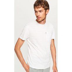 T-shirty męskie: Prążkowany t-shirt z kieszonką - Biały