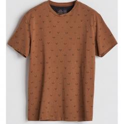 T-shirt z drobnym nadrukiem - Brązowy. Brązowe t-shirty męskie z nadrukiem Reserved, l. Za 49,99 zł.