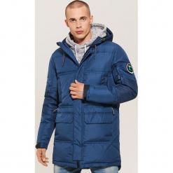 Pikowany płaszcz z kapturem - Granatowy. Niebieskie płaszcze na zamek męskie marki House, l. Za 399,99 zł.