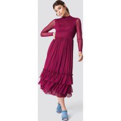 NA-KD Boho Siateczkowa sukienka z falbanką - Red,Purple. Niebieskie sukienki boho marki NA-KD Boho, na imprezę, w koronkowe wzory, z koronki, na ramiączkach, mini. Za 242,95 zł.