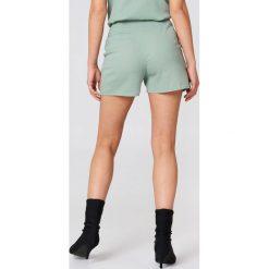 NA-KD Boho Szorty z wysokim stanem - Green. Niebieskie szorty damskie marki NA-KD Boho, na imprezę, w koronkowe wzory, z koronki, boho, na ramiączkach, mini. Za 121,95 zł.