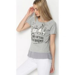 Szary T-shirt Four Attachments. Szare bluzki z falbaną marki Born2be, m, z nadrukiem, z falbankami, z krótkim rękawem. Za 49,99 zł.