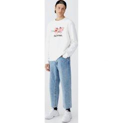 Bluza z haftowaną Różową Panterą. Białe bluzy męskie rozpinane Pull&Bear, m, z haftami. Za 109,00 zł.