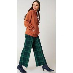 NA-KD Basic Bluza basic z kapturem - Orange. Różowe bluzy rozpinane damskie marki NA-KD Basic, prążkowane. W wyprzedaży za 50,48 zł.