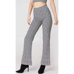 NA-KD Trend Rozszerzane spodnie z wysokim stanem - Grey. Białe spodnie z wysokim stanem marki NA-KD Trend, z nadrukiem, z jersey, z okrągłym kołnierzem. Za 181,95 zł.