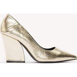 Czółenka: NA-KD Shoes Metaliczne czółenka Pointy - Gold