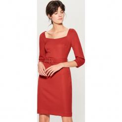 Sukienka z paskiem - Czerwony. Czerwone sukienki z falbanami marki Mohito. Za 179,99 zł.
