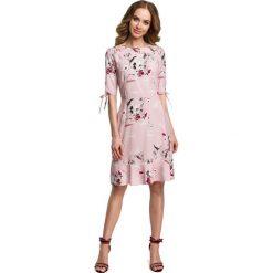 Pudrowa Zwiewna Sukienka w Kwiaty z Falbankami. Różowe sukienki na komunię marki numoco, l, z dekoltem w łódkę, oversize. Za 139,90 zł.