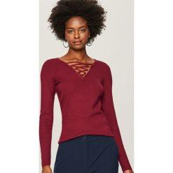 Swetry klasyczne damskie: Sweter z ozdobnym dekoltem - Bordowy