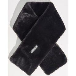 Pluszowy szal - Czarny. Czarne szaliki damskie Sinsay. Za 29,99 zł.