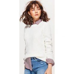 Sweter z drobnym splotem - Biały. Białe swetry klasyczne damskie marki Cropp, l, ze splotem. Za 59,99 zł.