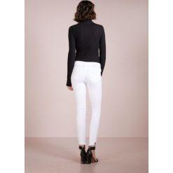 True Religion HALLE Jeans Skinny Fit optic white. Białe rurki damskie True Religion. Za 839,00 zł.