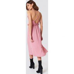NA-KD Boho Sukienka midi z odkrytymi plecami - Pink. Niebieskie sukienki boho marki NA-KD Boho, na imprezę, w koronkowe wzory, z koronki, na ramiączkach, mini. W wyprzedaży za 48,59 zł.