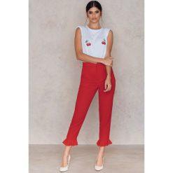Spodnie z wysokim stanem: NA-KD Spodnie wykończone falbaną na nogawce - Red