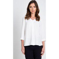 Bluzki damskie: Biała bluzka z trójkątnym dekoltem QUIOSQUE
