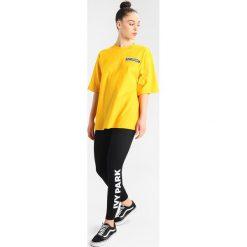 Topy sportowe damskie: Ivy Park BADGE LOGO TEE Tshirt z nadrukiem Yellow