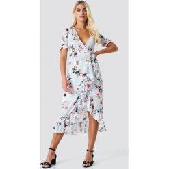 Trendyol Kopertowa sukienka w kwiaty - Grey. Brązowe sukienki mini marki Mohito, l, z kopertowym dekoltem, kopertowe. Za 141,95 zł.