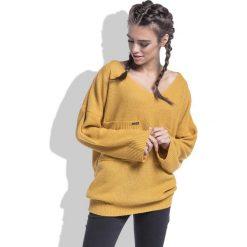 Swetry oversize damskie: Miodowy Sweter w Serek z Kieszeniami z Przodu