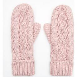 Jednopaczaste rękawiczki z ozdobnym splotem - Różowy. Czerwone rękawiczki damskie marki Cropp, ze splotem. Za 39,99 zł.