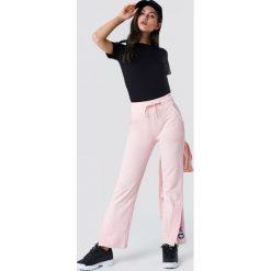 NA-KD Spodnie sportowe z haftem - Pink. Zielone bryczesy damskie marki Emilie Briting x NA-KD, l. W wyprzedaży za 85,17 zł.