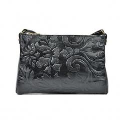 Skórzana torebka w kolorze czarnym - (S)24 x (W)18 x (G)2 cm. Czarne torebki klasyczne damskie Akcesoria na sylwestrową noc, w paski, z materiału, z tłoczeniem. W wyprzedaży za 139,95 zł.