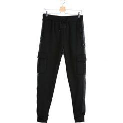 Czarne Spodnie Dresowe Long Suffering. Czarne spodnie dresowe męskie marki Born2be, m, z nadrukiem, z dresówki, z kapturem. Za 64,99 zł.