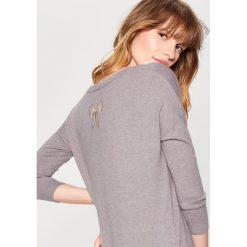 Długi sweter z aplikacją na plecach - Szary - 2