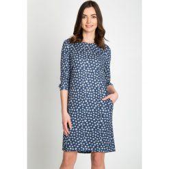 Granatowa sukienka w grochy  QUIOSQUE. Niebieskie sukienki dzianinowe marki QUIOSQUE, do pracy, w grochy, biznesowe, z dekoltem na plecach. W wyprzedaży za 99,99 zł.