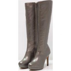 San Marina PAILLIS Kozaki na obcasie etain. Czarne buty zimowe damskie marki Kazar, z futra, przed kolano, na wysokim obcasie, na koturnie. W wyprzedaży za 311,60 zł.