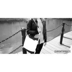 Skórzana biało-czarna torebka. Białe torebki klasyczne damskie Pakamera, ze skóry. Za 182,00 zł.