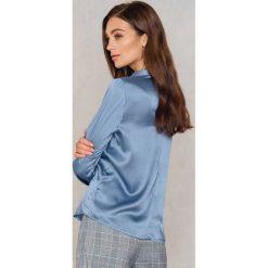 Rut&Circle Satynowa koszula Rebecka - Blue. Zielone koszule damskie marki Rut&Circle, z dzianiny, z okrągłym kołnierzem. Za 104,95 zł.
