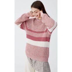Sweter w kolorowe panele z karczkiem. Czerwone swetry klasyczne damskie Pull&Bear. Za 89,90 zł.
