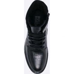 Bullboxer - Botki. Czarne botki damskie na obcasie marki Bullboxer, z materiału, z okrągłym noskiem, na sznurówki. W wyprzedaży za 269,90 zł.