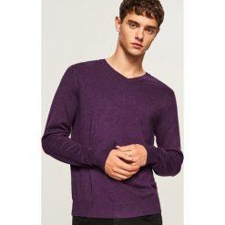 Sweter z dekoltem w serek - Fioletowy. Fioletowe swetry klasyczne męskie marki Reserved, l, z bawełny. Za 79,99 zł.