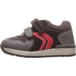 """Skórzane sneakersy """"Rishon"""" w kolorze czarno-czerwonym. Niebieskie trampki chłopięce marki geox kids, z gumy. W wyprzedaży za 117,95 zł."""
