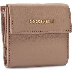 Mały Portfel Damski COCCINELLE - AW5 Metallic Soft E2 AW5 11 87 01 Pivoine 208. Czarne portfele damskie marki Coccinelle. W wyprzedaży za 349,00 zł.