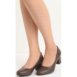Ciemnoszare Czółenka Compelle. Szare buty ślubne damskie Born2be, z okrągłym noskiem, na niskim obcasie, na słupku. Za 49,99 zł.