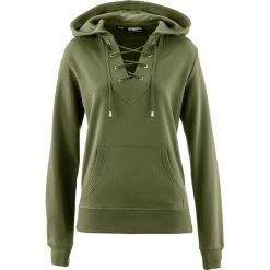 Bluza z kapturem i sznurowaniem bonprix ciemnooliwkowy. Zielone bluzy z kapturem damskie marki bonprix, w kropki, z kopertowym dekoltem, kopertowe. Za 59,99 zł.