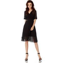 Zwiewna sukienka kopertowa  czarna KENDRA. Czarne sukienki hiszpanki Lemoniade, do pracy, na lato, w paski, biznesowe, z kopertowym dekoltem, z krótkim rękawem, mini, kopertowe. Za 133,00 zł.