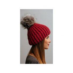 Czapki zimowe damskie: POMPOM – czerwona czapka z naturalnym futerkiem