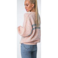 Sweter z mieniącymi się paskami łososiowy MISC5525. Czerwone swetry klasyczne damskie Fasardi. Za 109,00 zł.