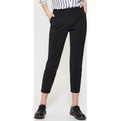 Spodnie typu chino - Czarny. Czarne chinosy męskie marki House. Za 89,99 zł.