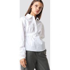NA-KD Trend Krótka koszula z miseczkami - White. Białe koszule damskie marki NA-KD Trend, z nadrukiem, z jersey, z okrągłym kołnierzem. Za 121,95 zł.