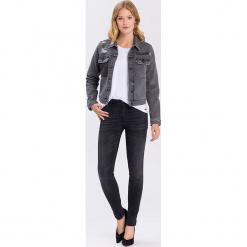 """Dżinsy """"Alan"""" - Skinny fit - w kolorze czarnym. Czarne rurki damskie marki Cross Jeans, z aplikacjami. W wyprzedaży za 113,95 zł."""
